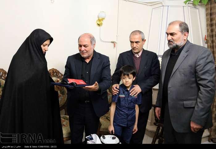 دیدار معاون وزیر کار با خانواده یکی از افسران کشتی سانچی در تبریز
